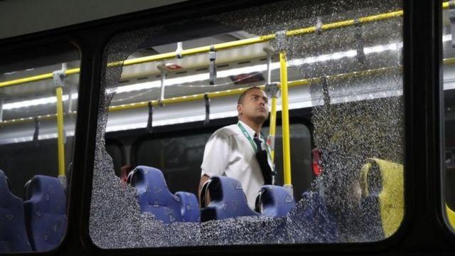 Vidro de ônibus quebrado