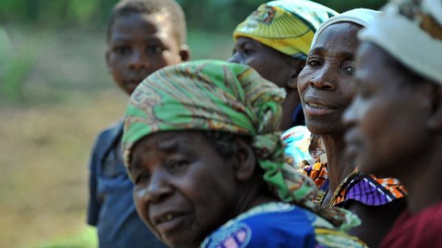Dis na foto wey dem snap on July 02, 2011: E show women dey wait for one medical centre for Kanguli village wia rape victims from adjacent Nakiele village are being treated
