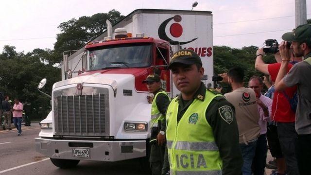 Polícia colombiana guarda caminhões com ajuda humanitária em Cúcuta. Foto: 7 de fevereiro de 2019