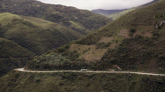 Una vista de un camino en los Yungas, Bolivia