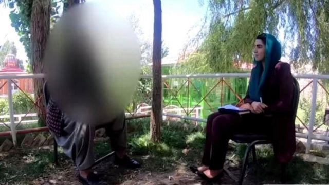 Shazia Haya serbest bırakılan bir Taliban üyesiyle söyleşi yaparken. Hükümet müzakerelerde kolaylaştırıcı bir etkisi olması için 5 binden fazla tutukluyu serbest bıraktı