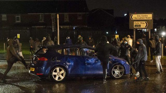 Националисты громят машину в Белфасте 8 апреля