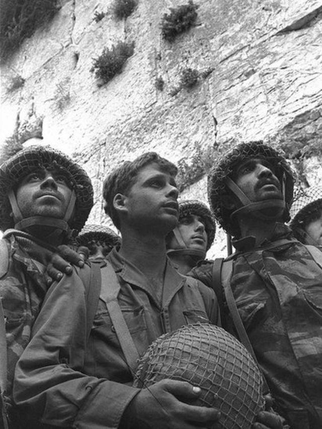 Soldados israelíes ante el Muro de los Lamentos en Jerusalén.