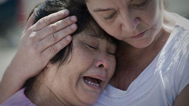 นางเม เต็ง แม่ของนายวิน ซอ ตุน ร้องไห้หลังจากรู้ว่าศาลชั้นต้นพิพากษาประหารชีวิตลูกชายของเธอ