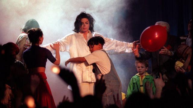 Majkl Džekson izvodi pesmu Earth Song na dodeli nagrada 1996. godine