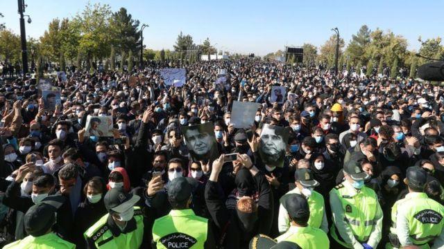 مردم از دور نظارهگر خاکسپاری محمدرضا شجریان بودند
