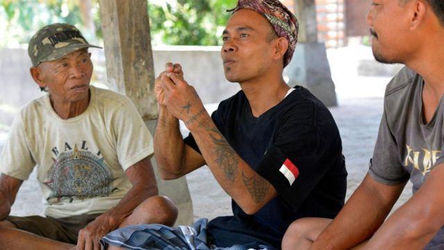 Imagem mostra homens de vila na Indonésia se comunicando pela linguagem de sinais chamada Kata Kolok