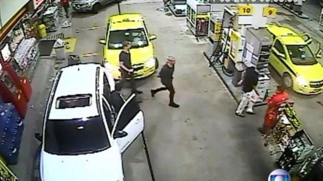 Suspeitos são filmados em posto de gasolina