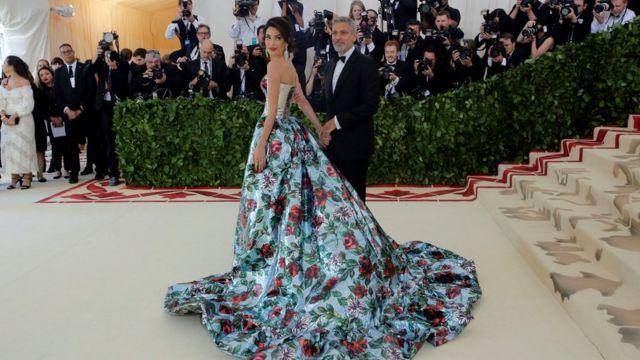 Glumac Džordž Kluni sa suprugom Amal Kluni stiže na Met galu, 2018.