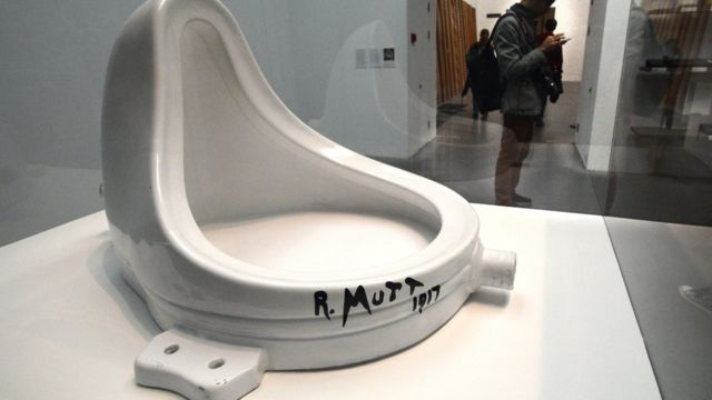 """Окрещенный """"Фонтаном"""" писсуар считается первым в мире произведением концептуального искусства. Запечатленная на этой фотографии репродукция авторизована Марселем Дюшаном в 1964 году и находится в постоянной экспозиции лондонского музея Тейт Модерн."""