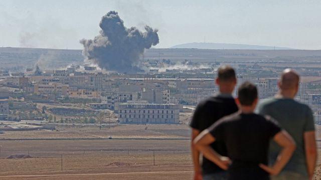 Türkiyənin Şanlıurfa əyalətindən Suriyanın Ayn əl-Ərəb şəhərinin görünüşü. Oktyabr, 2014-cü il