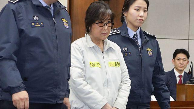 Choi Soon-sil (fotoğrafta) eski Güney Kore Cumhurbaşkanı ile ortaklaşa hareket etmekten 20 yıl hapis cezası aldı