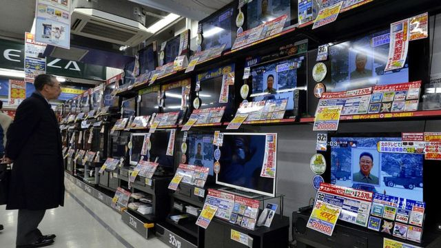Hombre en tienda de televisores