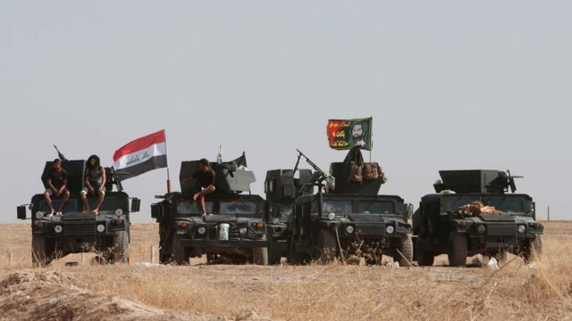 इराक़ी शहर मोसुल की ओर बढ़ते इराक़ी सैनिक.