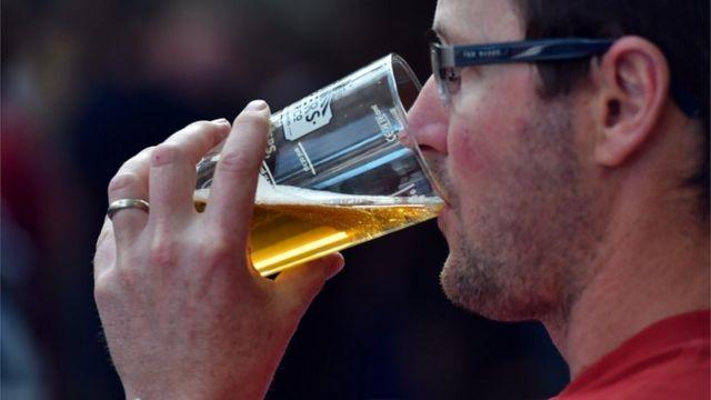 Hombre tomando cerveza