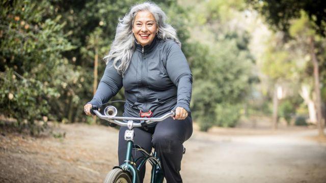 Una mujer en una bicicleta.