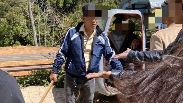 Người đàn ông được cho là trong nhóm du khách Việt cầm thanh gỗ hăm dọa