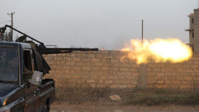 مدفع محمل على سيارة يطلق النار في ليبيا