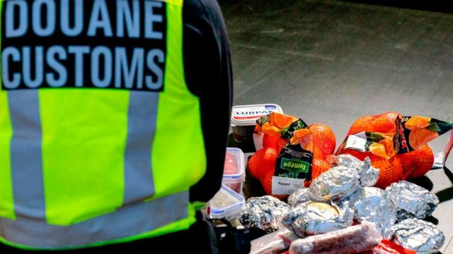 El chaleco que identifica a un agente fronterizo de Países Bajos frente a una serie de productos confiscados.