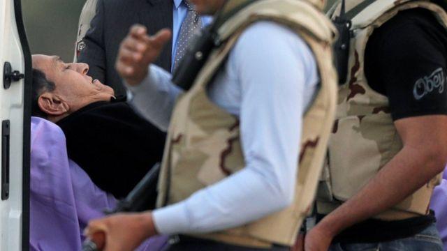 صورة لحسني مبارك أثناء نقله بعد الحكم براءته من تهمة توجيه أمر بقتل متظاهرين