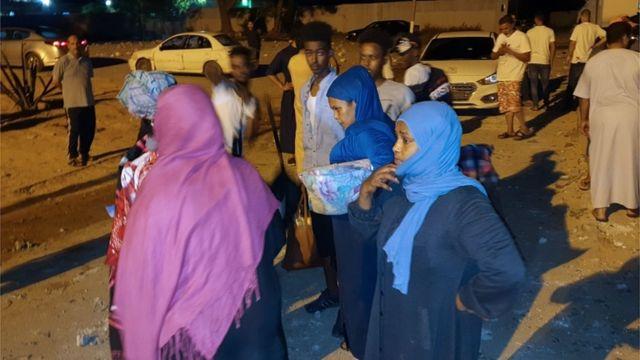 Migrantes en el lugar donde ocurrió el ataque aéreo en el este de Trípoli.