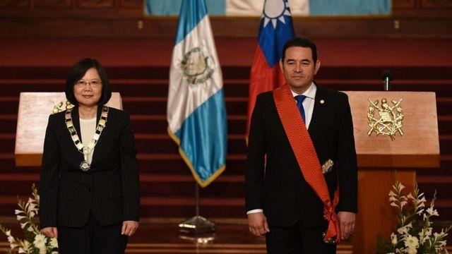 Tsai Ing-wen. siendo condecorada en Guatemala.