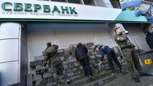 Правые активисты замуровали вход в офис Сбербанка в Киеве