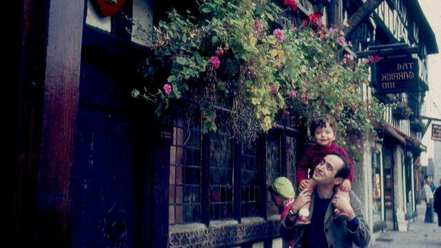 Herzog carrega Ivo nos ombros em frente ao pub The Garrick Inn, em 1968