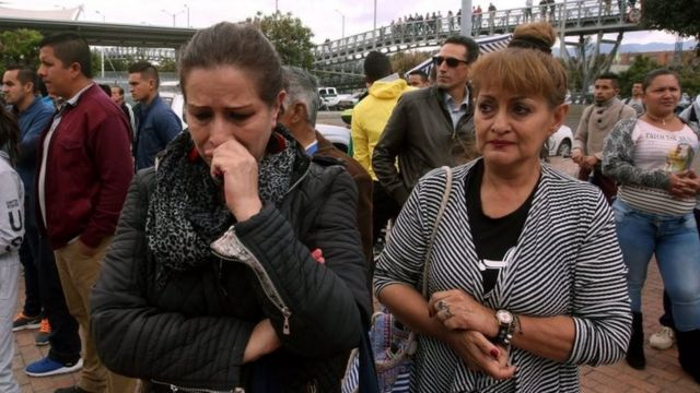 Una mujer llora