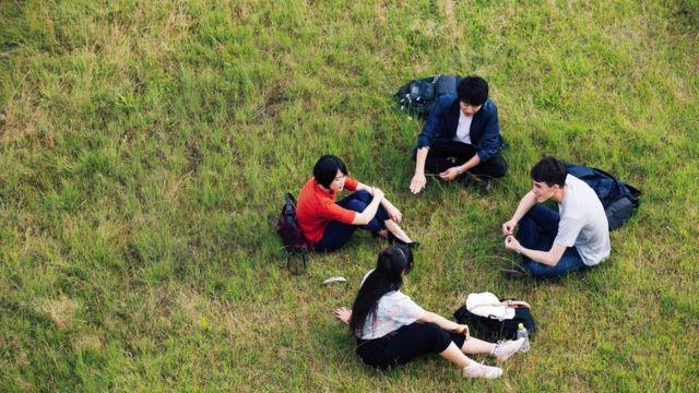 jovens conversando no gramado