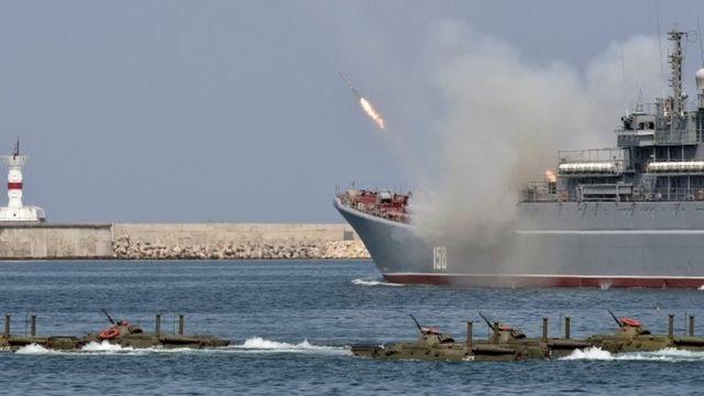 クリミアで開かれた祝賀式典に参加したロシア軍の艦船と水陸両用車(先月31日)