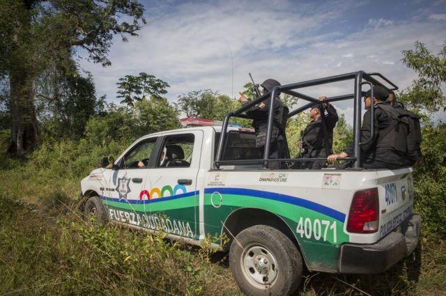 墨西哥警察将车停在边界附近