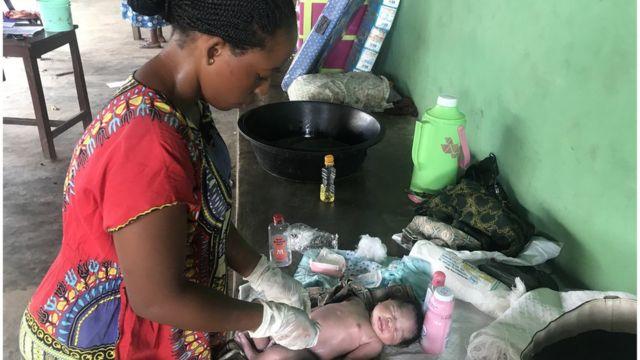 Mtoto anazaliwa katika mkeka kutoka kwa mfuko mmoja wa vifaa unaouzwa na wakfu wa Brown Button nchini Nigeria