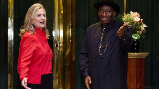 Hillary Clinton com o presidente da Nigéria, Goodluck Jonathan