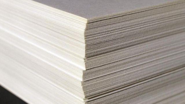 Una pila de papel