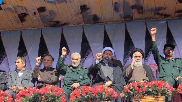 قاسم سلیمانی فرمانده سپاه قدس (نفر چهارم از سمت راست) در راهپیمایی سخنرانی کرد