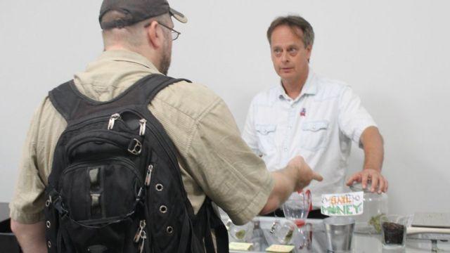 Marc Emery com cliente