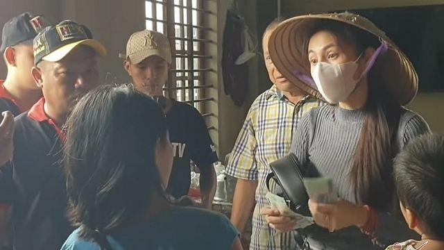Ca sĩ Thủy Tiên trong một lần đi hỗ trợ dân tại vùng lũ lụt.