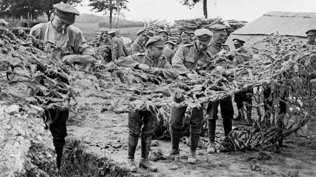جنود يصنعون شباك تمويه في بلدة باسو بفرنسا، 16 يونيو/حزيران 1918