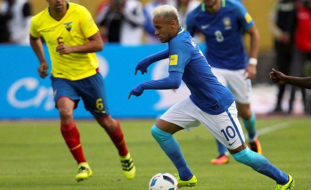 Neymar Jr. con el balón.