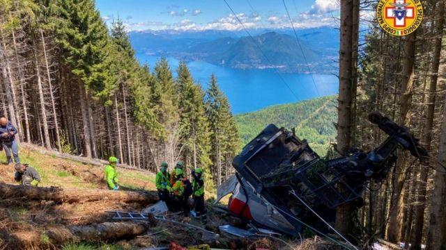 İtalya'nın kuzeyinde bir teleferik kabininin düşmesi sonucu 13 kişi hayatını kaybetti, 2 çocuk ağır yaralandı.