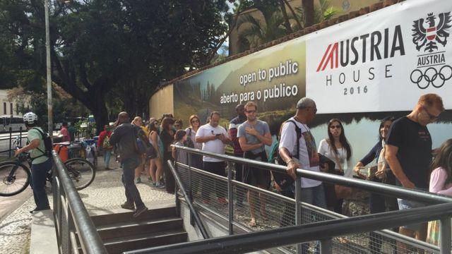 """Casa austríaca, com atrações musicais """"importadas"""" e ambiente de festa, tem fila desde as 9h30 da manhã"""