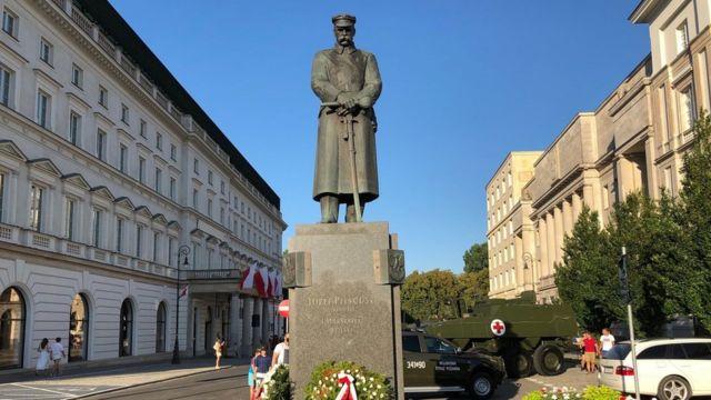 Ảnh tượng đài nguyên soái Józef Piłsudski, người lập nên nền Đệ nhị Cộng hòa Ba Lan năm 1918, người chỉ huy quân đội Ba Lan năm 1920 đập tan Hồng quân Liên Xô ngay cửa ngõ thủ đô Warszawa, chặn đứng tham vọng nhuộm đỏ châu Âu của Lê Nin.