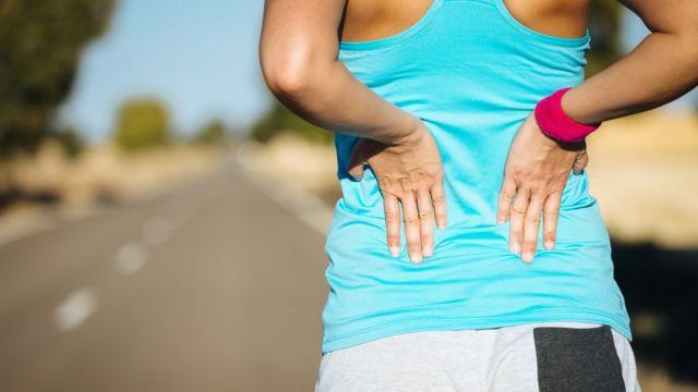Una mujer estirando la espalda