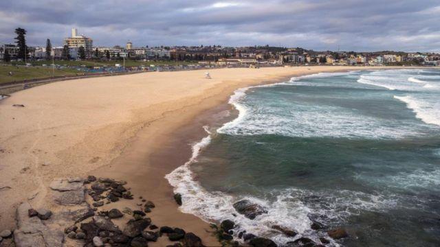 Австралийский пляж Бонди, входящий в топ-10 лучших пляжей мира, был закрыт 21 марта после того, как отдыхающие явно пренебрегали правилами социального дистанцирования