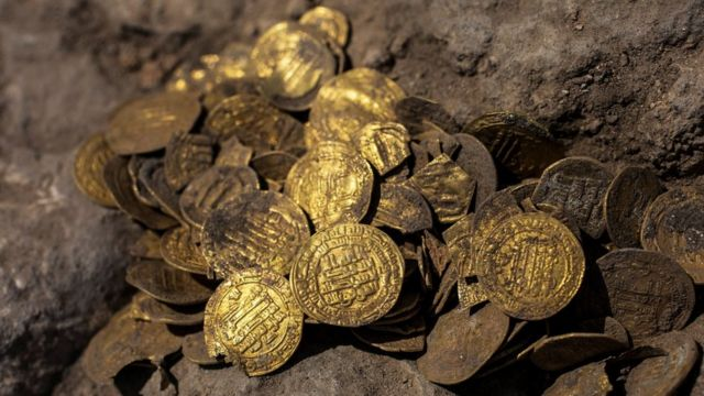 Gold coins from the Abbasid era found at an archaeological dig in central Israel (18 August 2020)