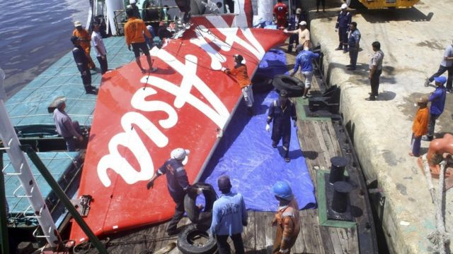 見つかった墜落機の残骸(今年2月)
