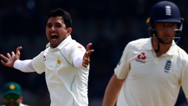 پاکستان کی جانب سے دوسری اننگز میں محمد عامر اور محمد عباس نے چار چار وکٹیں حاصل کیں جبکہ شاداب خان نے دو کھلاڑیوں کو آؤٹ کیا۔