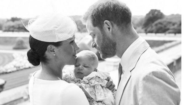 صورة للأمير هاري وزوجته ميغان وابنتيهما
