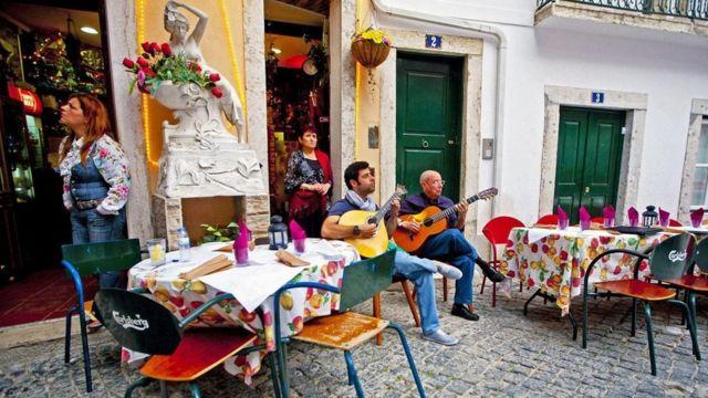 رجلان يعزفان الموسيقى